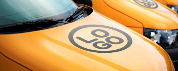 <p>Oklejanie samochodów to bardzo skuteczna forma reklamy. Samochód to duża i za razem mobilna powierzchnia reklamowa. Umieść na swoim aucie logo i inne elementy graficzne. </p>
